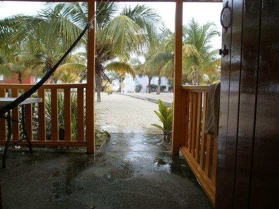 Tradewinds Hotel: Jour de pluie et vue de la chambre, à travers la terrasse privée.