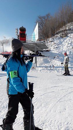 "Pyeongchang-gun, Sydkorea: Tropical Island Girl trying out skiing for the first time. ""Beware I am a noob"""