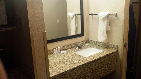 Aurora, CO: Sink area outside of bathroom