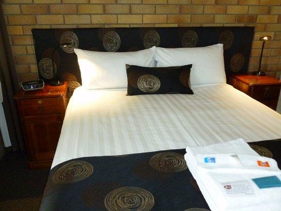 Warwick, Australia: Queen bed, bedside cabinets & lamps
