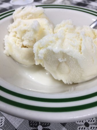 Ozark, AL: Vanilla ice cream &a peach cobbler with amazing flavor!