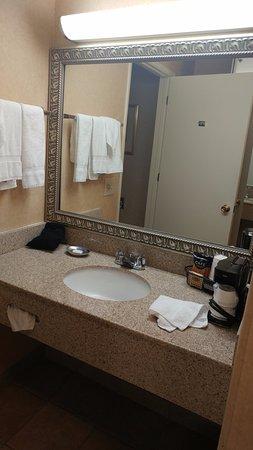 BEST WESTERN PLUS Placerville Inn: Sink & mirror