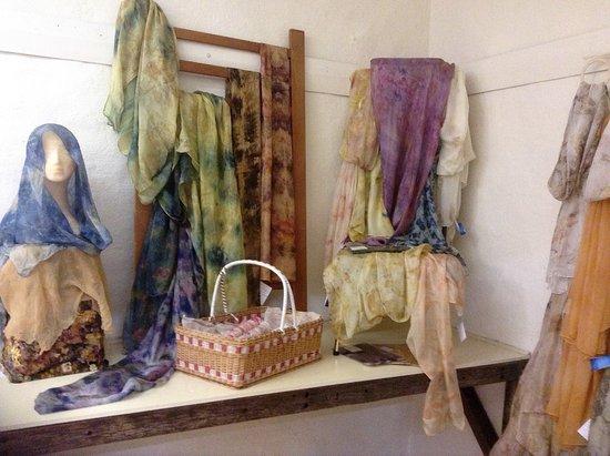 Auburn, Αυστραλία:  Silk scarves by resident artist Jenni Willis