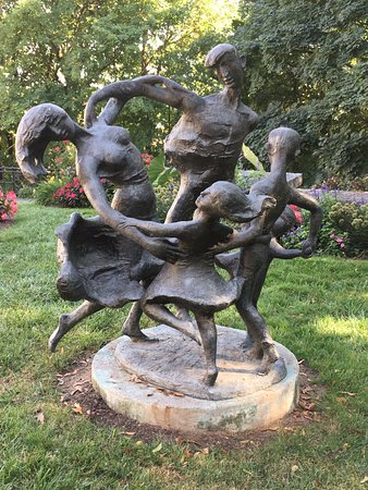 "Glens Falls, Estado de Nueva York: Sculpture ""Dancing Family"" in the garden."