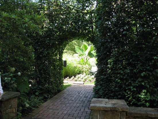 Kennett Square, Pensilvania: Lovely garden paths lead to new sections