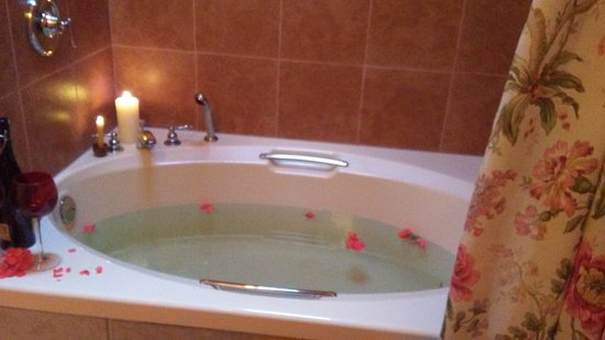 Elk Point, Canadá: Master Suite Soaker tub (with rain shower)
