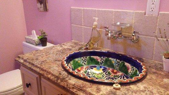 Elk Point, Canadá: Mexican sink in Master Suite