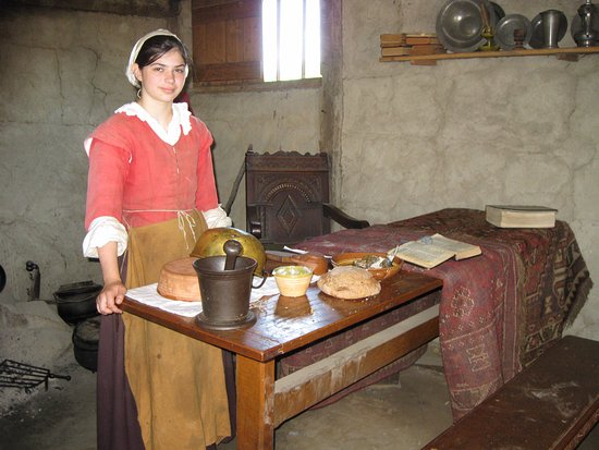 Plimoth Plantation: People dressed in period costumes greet you