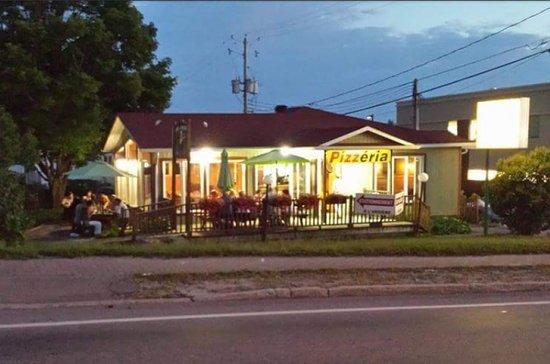 Mont Laurier, Canada : Chez Pizz Traiteur Pizzéria - Apportez votre vin en salle à manger ou sur la terrasse