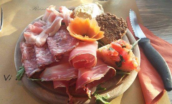 Casole d'Elsa, Italy: assiette de charcuterie et de brusquette