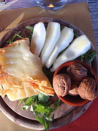 Casole d'Elsa, Italy: poire au fromage chaud et aux noix