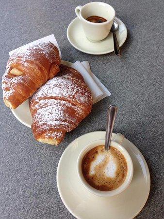 Casole d'Elsa, Italia: café et croissant