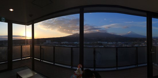Susono, Japón: 客室(富士山側)から見える富士山と 最上階8階(大浴場入口手前)から見える風景