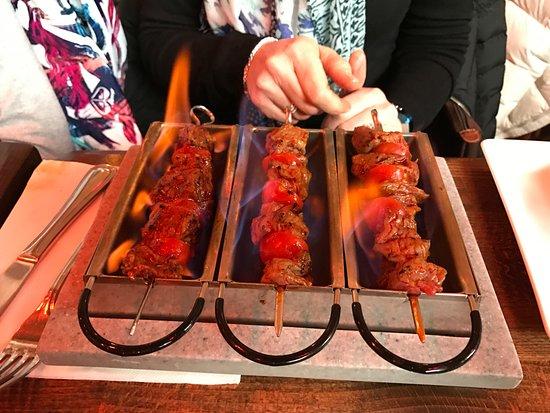 Cocotte & Co: Cuisson des brochettes sur table