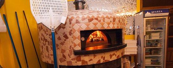 Montjovet, อิตาลี: forno a legna dove cuociamo pizze buone e leggere
