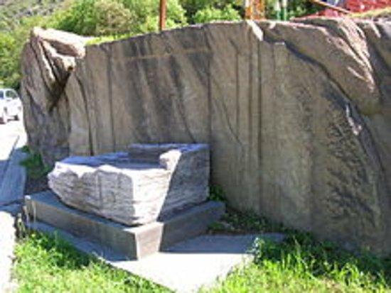 Montjovet, อิตาลี: tomba romana visibile a lato del hotel