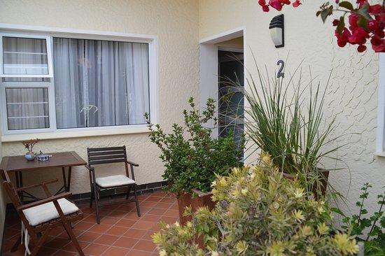 Meike's Guesthouse: Terrasse zum Zimmer 2