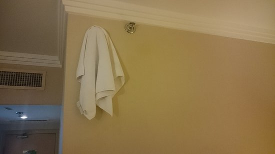 Mercure Abu Dhabi Centre Hotel: Tried to cover the annoying flashing smoke-detector light to sleep at night