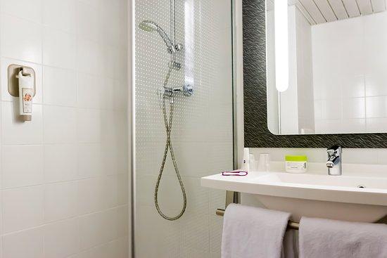 Salle De Bain Toute équipée Sèchecheveux Gel Corps Et - Salle de bain mulhouse