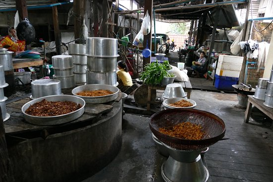 Nice Large Pots - Picture of San Ma Tau (Myanmar Restaurant