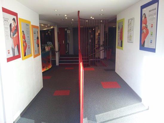 Sausheim, France : Vue intérieure depuis l'entrée de l'hôtel