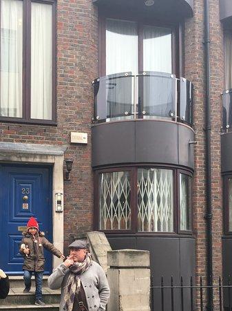 Cheval Knightsbridge: 3 bedroom house entrance