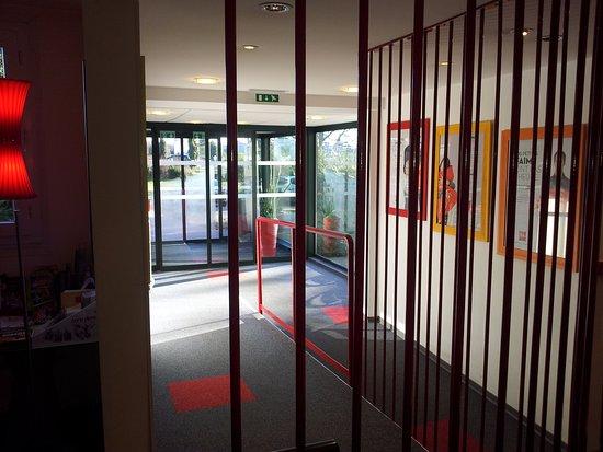 Sausheim, France: Vue intérieure sur la sortie de l'hôtel