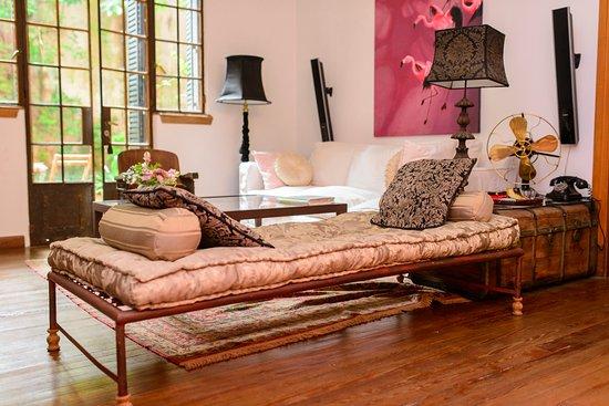 Tesorito Bed & Breakfast: Livinig, cómodo y bien decorado, con salida al patio de la casa