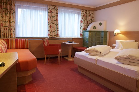 Hotel Garni Angela: Doppelzimmer mit Kachelofen