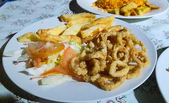 Eco-Hotel El Hamaquero: deliciosos calamares apanados con yuca frita y ensalada