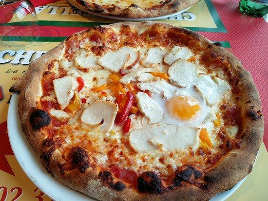 Chez Bertella - Restaurant Italien: Chicken pizza with a egg on top