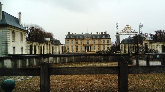 Champs-sur-Marne, Francia: entrée du château de champs sur marne depuis la rue