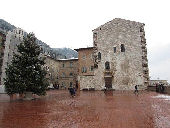 Gubbio, İtalya: Piazza Grande in versione natalizia