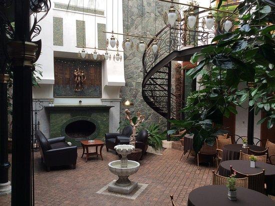 Boutique Villa Mtiebi : inside courtyard where breakfast is served