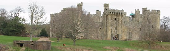 Bodiam, UK: Introdutory view of 1385 castle,as well as 1940 pill box!