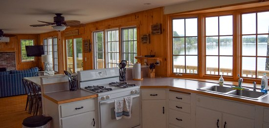 Ossipee, NH: Shorepointe Cottage Kitchen
