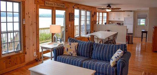 Ossipee, NH: Shorepointe Cottage Living room