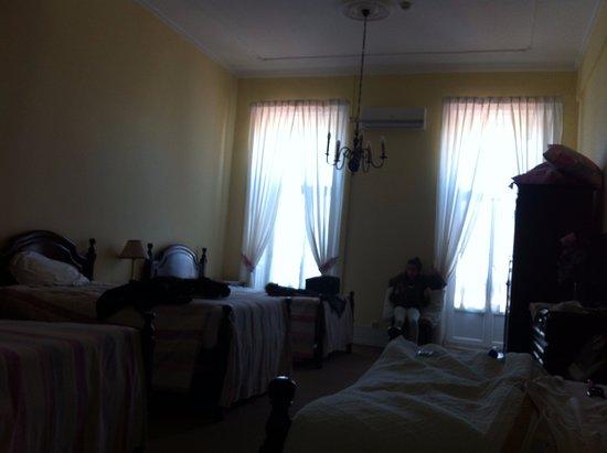 Salle de bains picture of pensao londres lisbon for Chambre en desordre