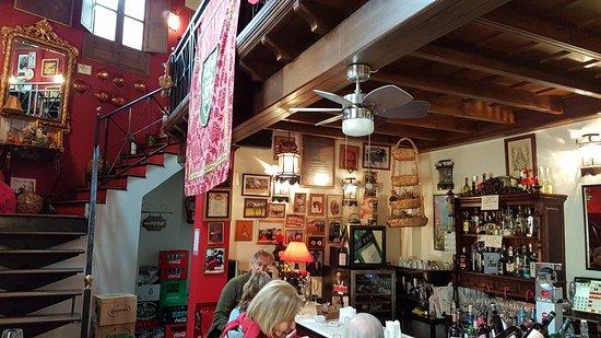 Carmona, Spanyol: La sala bar con la scala che porta al ristorante