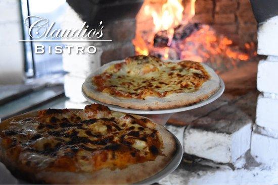 Claudio's Italian Bistro: Deliciosa Pizza, recién salida de nuestro horno de barro.