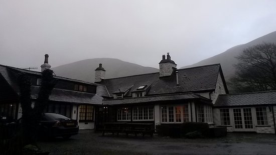 Gwesty Minffordd Hotel: Hotel from the car park on a misty morning.