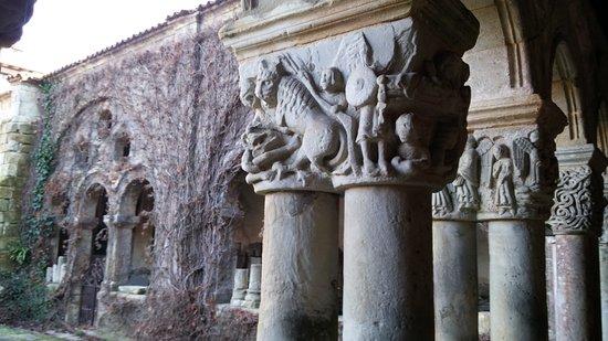 Santillana del Mar, Spagna: Capiteles del claustro y enredadera en invierno