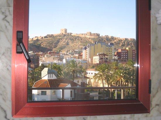 Ventana ba o se ve el castillo billede af hotel spa for Spa jardines de lorca