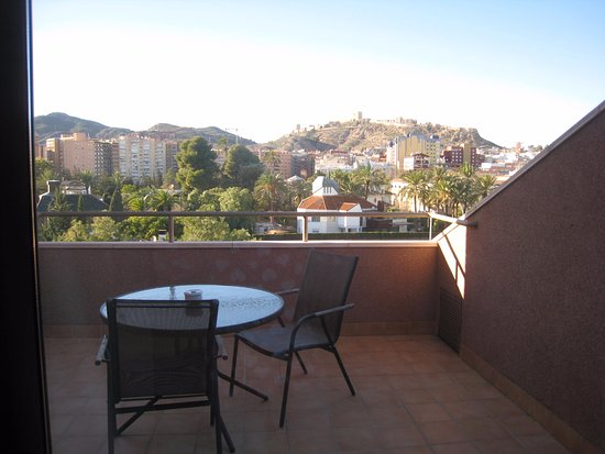 Ventana ba o se ve el castillo billede af hotel spa for Spa jardines lorca