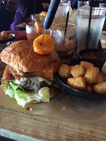 Cerritos, Kaliforniya: Chili Relleno Burger with Tator Tots