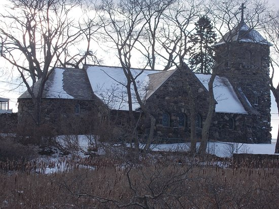 Saint Ann's Church: It was so pretty with the snow laying around. The stone that building is build from was very nic