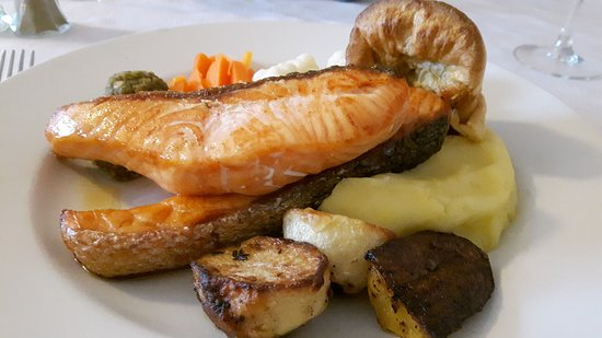 Berriew, UK: Salmon sunday lunch - incl stuffing & yorkie