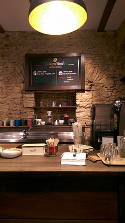 Golden Bean - The Coffee Experience : Cosy and warm interior