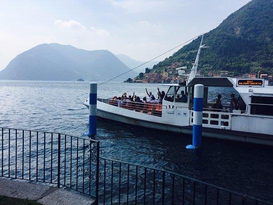 Sulzano, Italia: Oggi è ancora possibile usare il traghetto per vedere i lavori sulla sponda di Montisola
