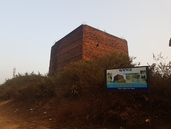 Gum Garh Execution Site: Small enclosure with high walls where people were left to die